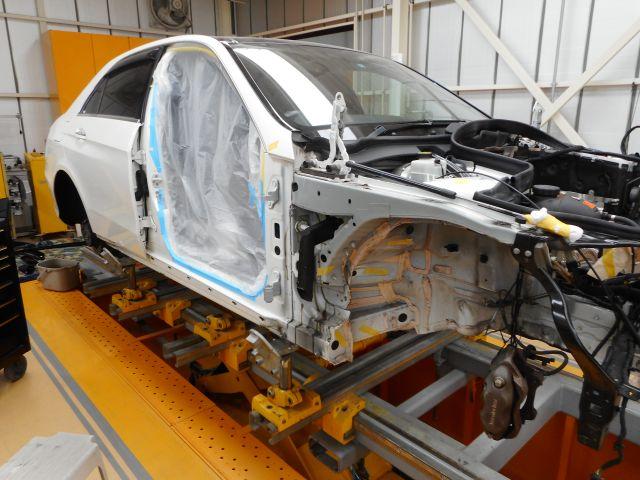 メルセデス・ベンツ Eクラス(W212)の事故修理(フレーム修正)